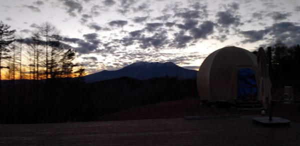 夕闇の中のテント